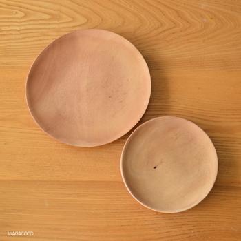 平らな丸いプレートは、料理を問わず使用出来ます。 ワンプレートディッシュにも最適。  直径11cmから30cmまで、全部で6サイズあります。 商品によって一つ一つ木目が異なりますので、購入の際は店頭で実物を確認するのがおすすめ。