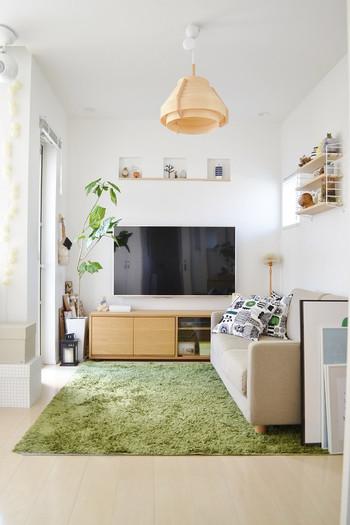 """""""やさしさ""""を演出してくれるグリーンを取り入れた部屋の一例です。使う色をグリーン、ホワイト、ベージュ系に絞ることで、ナチュラルで落ち着いた空間に仕上がっています。"""