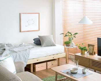 シンプルな寝室ですが、落ち着いた色味の小物をチョイスして統一感を出しています。ゆっくり過ごしたい場所には、小さなグリーンをたくさん取り入れると効果的です。