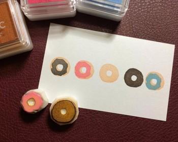 ドーナツのハンコなら、初心者でも簡単に作れそうです。色合いを工夫してこんな風にたくさん押してみるとオシャレですね。