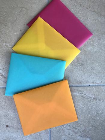 スケルトンの素材で作ったカラフルな封筒。型紙を作っておけば簡単に大量生産できそうです。