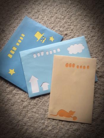 大きさの違う郵便番号の枠がなんとも言えない、素朴な手作り感のある雰囲気が◎。封筒と手紙の色を考えて組み合わせるのが楽しいですね。