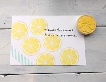 レモンの消しゴムハンコにさわやかなストライプのマスキングテープで飾り付け。涼しげで夏のお手紙にピッタリ!