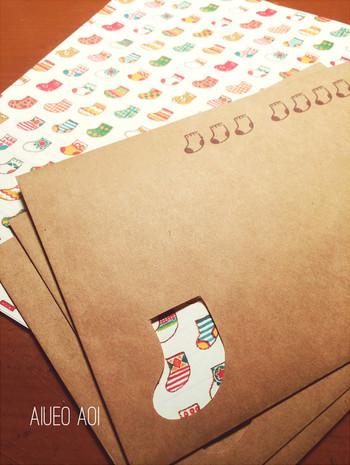 """靴下柄の便箋を入れて、封筒も靴下の形にカット!ついでに靴下のスタンプで郵便番号の枠を押したら""""靴下づくし""""のレターセットが完成です!靴下柄の便箋がなくても色紙を入れるだけでも◎"""