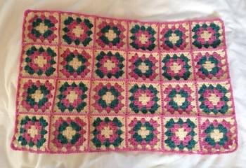 たくさん編んで繋げれば、マフラーやストール、ひざ掛けなどの大きな作品にも。
