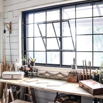 DIYのワークスペースは大きな窓から明るい光が射し、作業が順調に進みそう♪創作意欲が湧きますね。