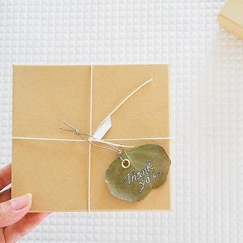 贈り物やメッセージカードにさりげなくタグをつけて♪シンプルでかわいい簡単アレンジです。