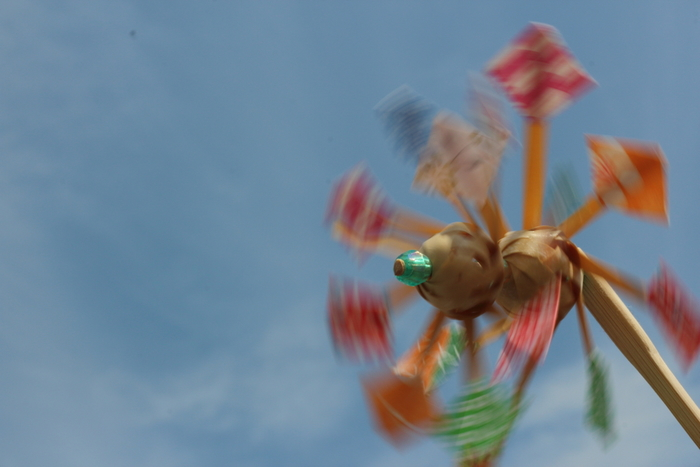 観覧車のようにも見える羽根。好きな色や模様の紙で作りたいですね。