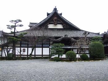 境内の一部(本堂の扉前まで)は、無料で入場でき、参拝可能ですが、建物内は、通常非公開。年に一度の五月会(5月14日)は無料公開、春又は秋に有料で特別公開されています。