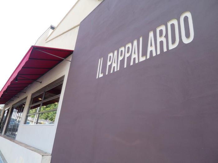 """東山七条で""""女坂""""といえば、妙法院と智積院の間、東山七条交差点から東方向へ伸びる坂道のこと。付近の京都女子大学や京都女子中学・高等学校の女子学生が上り下りすることから付いた坂の名です。「IL PAPPALARDO 」は、この""""女坂""""の入口すぐ右手。"""
