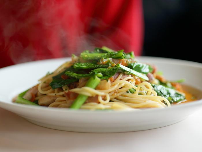 """ランチなら、野菜サラダや前菜、飲み物がセットになった""""Pranzo""""が断然お勧め。とびっきりの美味しいピッツアやパスタがリーズナブルに頂けます。【画像は「薩摩茶美豚ベーコンと上賀茂高橋農園さんの有機小松菜  フレッシュトマトのペペロンチーノ スパゲッティーニ」。】"""