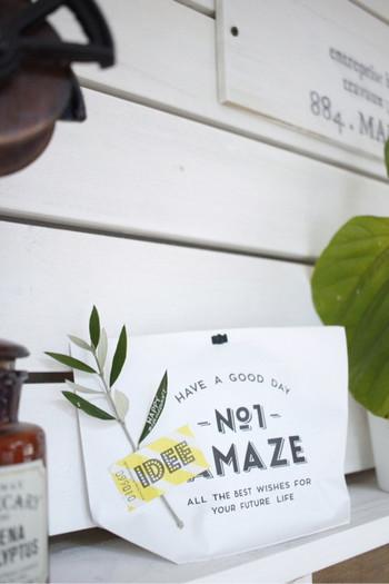 シンプルな袋に入れるだけのラッピングに緑を添えてデコレーション。こちらは葉っぱにメッセージが添えられています。 葉っぱをローズマリーやラベンダーなどのハーブにしたら、いい香りも一緒にラッピングできますね。