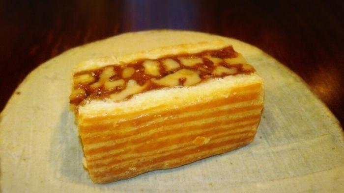 パンに負けじと焼き菓子もおいしく種類が多いです。中でも人気なのがエンガーディナーというこちらのお菓子。スイスのエンガティン地方に伝わるお菓子だそうで、ナッツとキャラメルが生地に挟まれています。