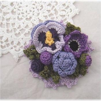 簡単なのにとっても可愛いかぎ針編み作品。 たくさん作れば寒い季節もあったかな気分になりますね。 無料レシピや編み方の動画もたくさんありますので、手づくり初心者のかたも是非、手編みライフを始めてみてください。