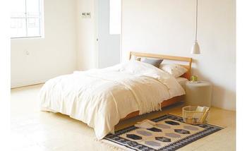 ベッドをメインにコーディネートされた寝室です。淡い色合いで統一されているので、ゆったりとした雰囲気に。 寝室にはあまりものを置かず、シンプルさを徹底するのもひとつのスタイルです。