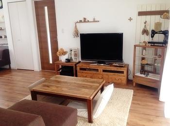 建具と家具の組み合わせ方が素敵なお部屋です。 ドアや床材の色味に合わせたインテリアを取り入れると、まとまりのよいコーディネートになります。