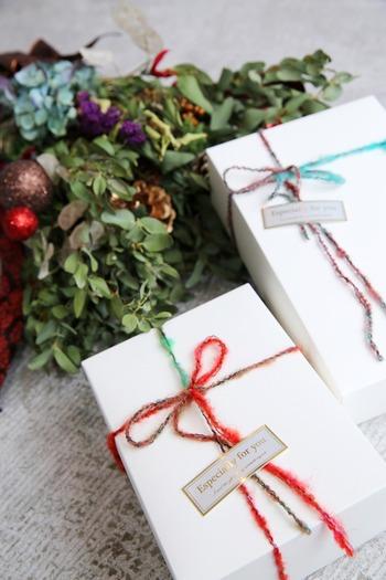 まっしろなボックスも、ビビッドな配色の糸が映えて洗練された印象に。