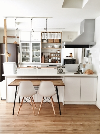 ホワイトカラーで統一された、とても綺麗なキッチン。見せる収納と隠す収納、家事動線などがしっかり考慮されている空間です。