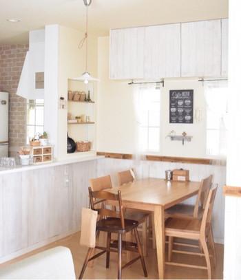 こちらは、カントリー風の建具の印象を活かしたキッチンです。置かれている小物も可愛いですね。 棚や照明も同じ様にシンプルなものを選び、全体的なイメージを損なわないように工夫されています。