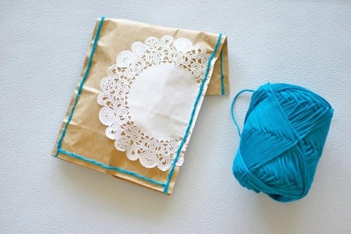 クラフト紙を毛糸などでちくちく縫えば、一転!ハンドメイド感あふれるおしゃれなラッピングに。 さらにレースペーパーなどでアクセントをつけるとガーリーな印象になりますね。