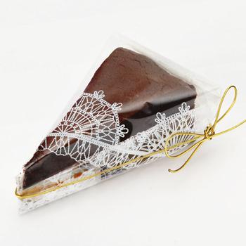 レースペーパーデザインのクリアなビニール袋でラッピング。 ピースのケーキはこんな風にラッピングしてみはいかが?
