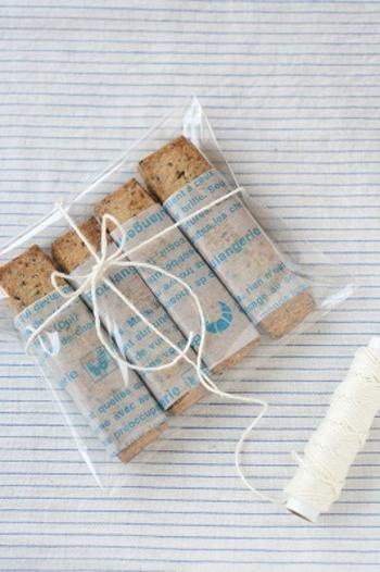 グラシン紙で包んでから透明な袋に入れてもおしゃれです。 取り出すときや、食べるときも手が汚れなくておすすめですよ!
