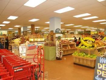 店内の雰囲気は明るく開放的。たくさんの野菜やフルーツがディスプレイされています。