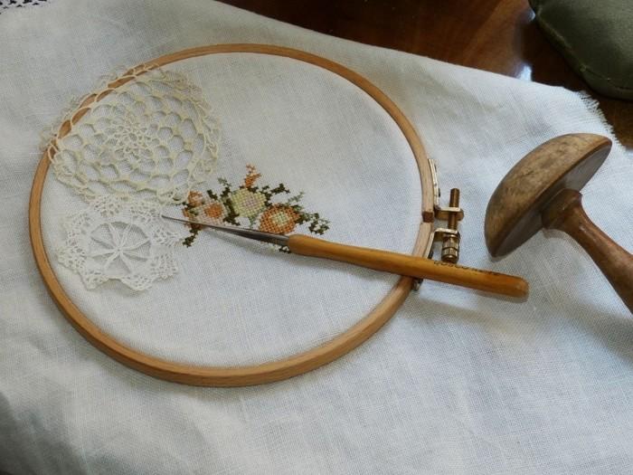 枠は刺繍枠を使います。スクリーンのためのメッシュ地は、オーガンジーの布またはストッキングで代用できます。 まずはじめに、刺繍枠にスクリーンになる布(オーガンジーorストッキング)をセットしましょう。