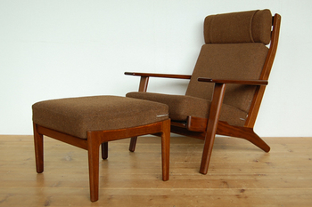 オットマンは、椅子やソファーの前に置いて使う足乗せ用のソファーのことで、 フットストール、フットスツールとも呼ばれます。
