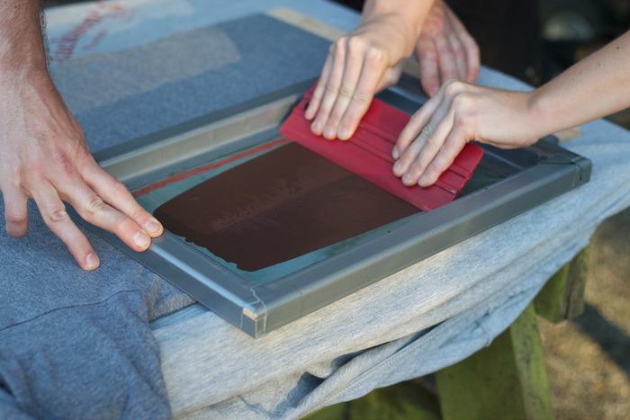 本来は画像のようにスクイージーと呼ばれる専用のヘラを使いますが、お菓子作りに使うスケッパーやカードでも代用できます♪表面をならすように、インクを均等にのばすとキレイにプリントできます。