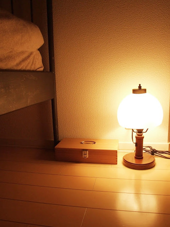座ったときに光源が視線より少し下にくるよう、ローテーブルの上などに置くとリラックス効果が期待できます。
