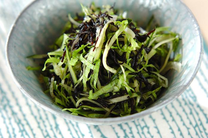 わかめはもちろん、ひじきもサラダによく合う海藻です。味付けのポイントは、ひじきだけを先にドレッシングと和えておくこと。味をなじませている間に他の野菜の準備をすると効率がいいですね。