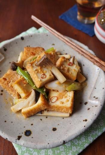 厚揚げも幅広い世代に人気のヘルシーな加工食品です。味が染み込みやすいので、短時間の調理で美味しく仕上がりますよ。こちらはお味噌や豆板醤で味付けする大人向けの副菜。お好みの野菜でアレンジもできます。