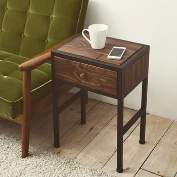 引き出しがあるサイドテーブルにすると、しおりやブックカバー、読書メモ用の筆記用具など、雑貨の収納も出来て便利です。