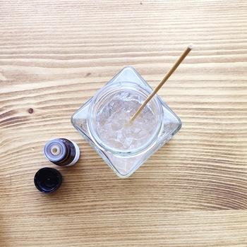 エッセンシャルオイルの分量は、小さめの保冷剤2個につき10滴(食用エッセンスの場合は20滴)ほど。 とってもかんたんですね。