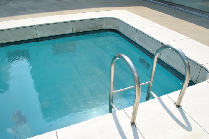 有名なレアンドロ・エルリッヒ作《スイミング・プール》。上から作品を眺めるのは無料です。
