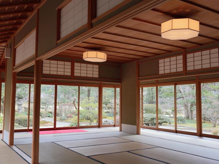 歩き疲れたら、江戸時代の建物を復元した「時雨亭(しぐれてい)」で一服はいかが? 建物内から眺める日本庭園もまた格別です。