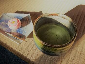 オリジナル生菓子付きの抹茶は720円。和菓子付きの煎茶は310円です。