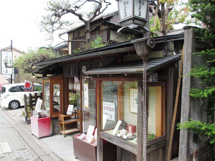 三十三間堂にほど近い、1865年創業の老舗京菓子店「七條甘春堂」は、伝統の京菓子をはじめ、四季折々の上生菓子や創作菓子まで多彩な京菓子が楽しめます。江戸時代末期に建てられたという町家の本店には、甘味処の且坐喫茶が併設されていて、店内には約100種類もの商品が並びます。