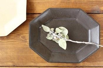 黒いお皿はかたち選びでも、個性を発揮することができます。丸、四角、八角形、楕円などさまざまなお皿をシチュエーションに合うよう用いることで、テーブルコーディネートをぐっと引き締めることができます。
