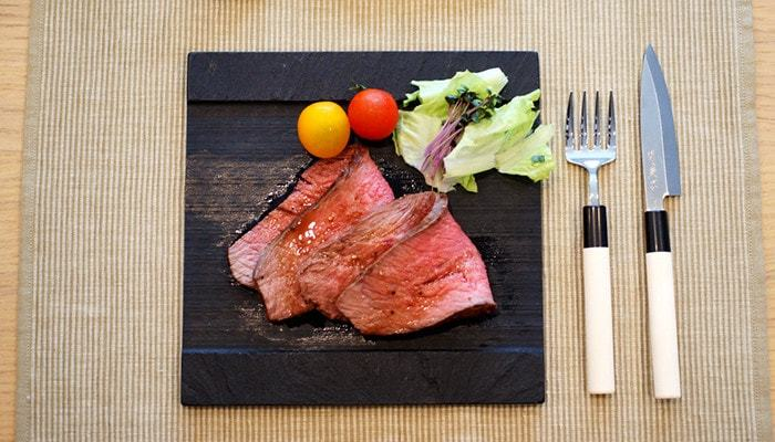 こちらのSUZURIというプレートは、宮城県雄勝町の特産である玄昌石(げんしょうせき)を削りだして作られたものです。ざらりとした石のプレートはお料理を色鮮やかに見せて、華やかに演出してくれます。