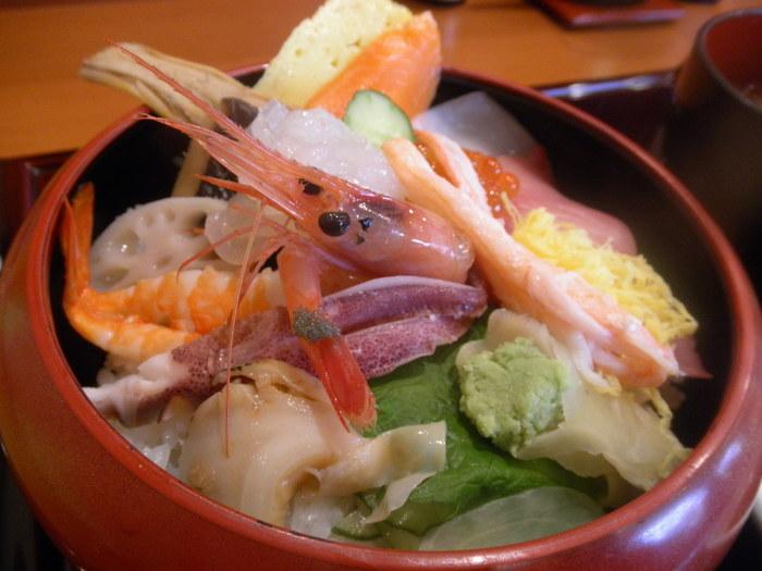 「石川県観光物産館」2階にあるのがこちらの「寿し駒 兼六園店」。金沢に来たからには、もちろん寿司や海鮮丼ははずせません。