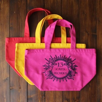 クラシカルな雰囲気のプリントがとっても素敵です。トートバッグのカラフルな色合いもおしゃれですね☆小さめのバッグは普段のお買い物や、お弁当バッグとしても活躍してくれそう。