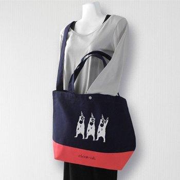 こちらは斜め掛けもできる大き目サイズのトートバッグです。紺色の布地×白のプリントが爽やかな雰囲気ですね!赤・白・青のトリコロールカラーもお洒落♡