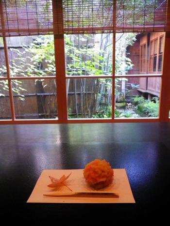 入場時、追加料金を払えば1階の「寒村庵」で抹茶をいただけます。生菓子付き700円、お干菓子付き500円。