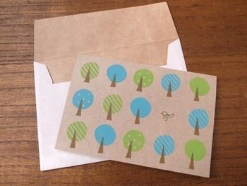 愛らしいコトリのデザインがキュートなグリーティングカードです。素朴な風合いのクラフト紙にプリントすると、ナチュラルで温かみのある雰囲気になりますね☆水色×グリーンの爽やかな色合いも、とっても素敵です!
