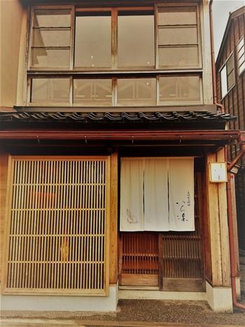 ひがし茶屋街から徒歩5分ほど、浅野川大橋を渡り川べりの道を進んだところにあるのが、こちらの「いち凛」。 敷居の高い外観にひるんでしまいますが、リーズナブルな価格で美味しいランチを堪能できると人気の名店です。