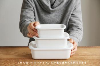 こちらのレクタングル深型は野田琺瑯社の奥様・野田善子さんが「こんなものを使いたい!」という声から誕生させた商品でお料理の保存で一番使う形、大きさと言っても過言ではないかもしれません。また積み重ねもでき、冷蔵庫に保存してもすっきりと見せてくれるのも嬉しいですよね。