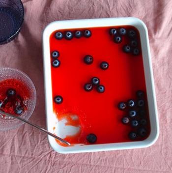 このようにゼリーを作ってそのままテーブルに出してもオシャレですよね。シンプルでありながらレトロ感もあるのでおもてなしとしてもぴったりです。