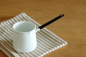 野田琺瑯の本当に小さな可愛らしいお鍋、バターウォーマー。琺瑯ならではの温かみのある乳白色にブラックの持ち手が絶妙な組み合わせ。そのまま食卓に出してもオシャレですよね。